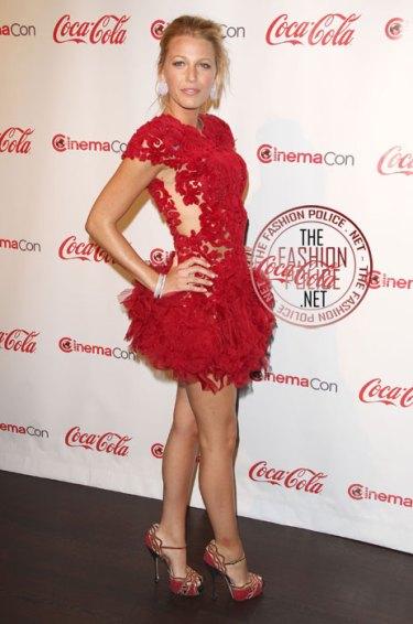 vestido de renda vermelho com plumas